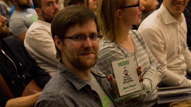 Fabian mit dem Best Pitch Award.  (Quelle: Startup Weekend Düsseldorf/Heiko Borchers)
